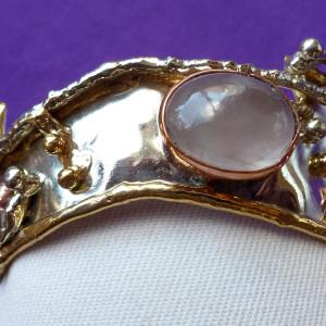 Rose quartz bangle in tricolour metals