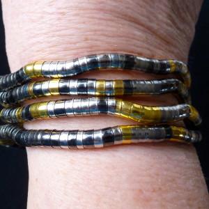 Bendable tricolour metal necklace wound as a bracelet